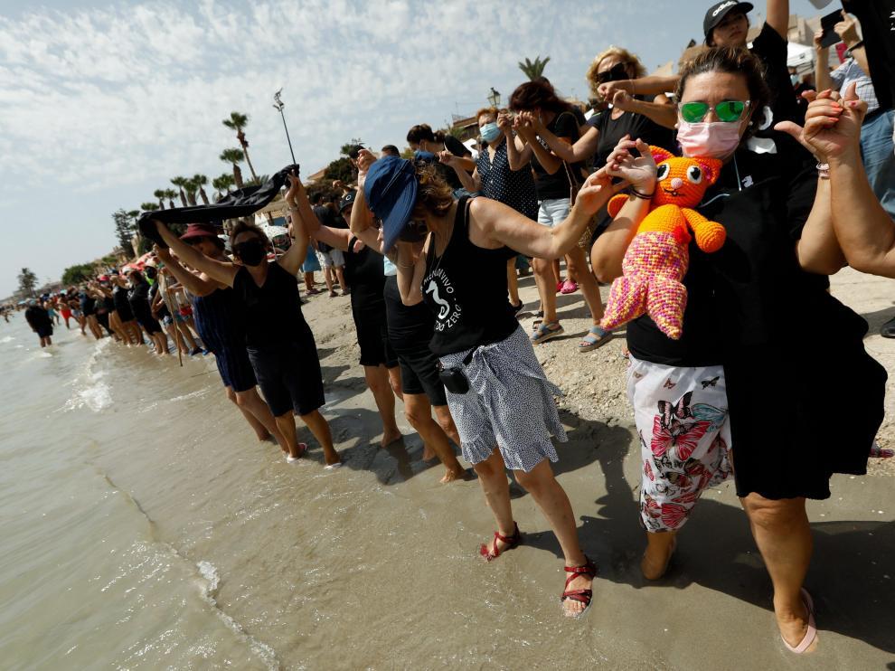Miles de personas trataron de completar los 73 kilómetros de costa del Mar Menor.