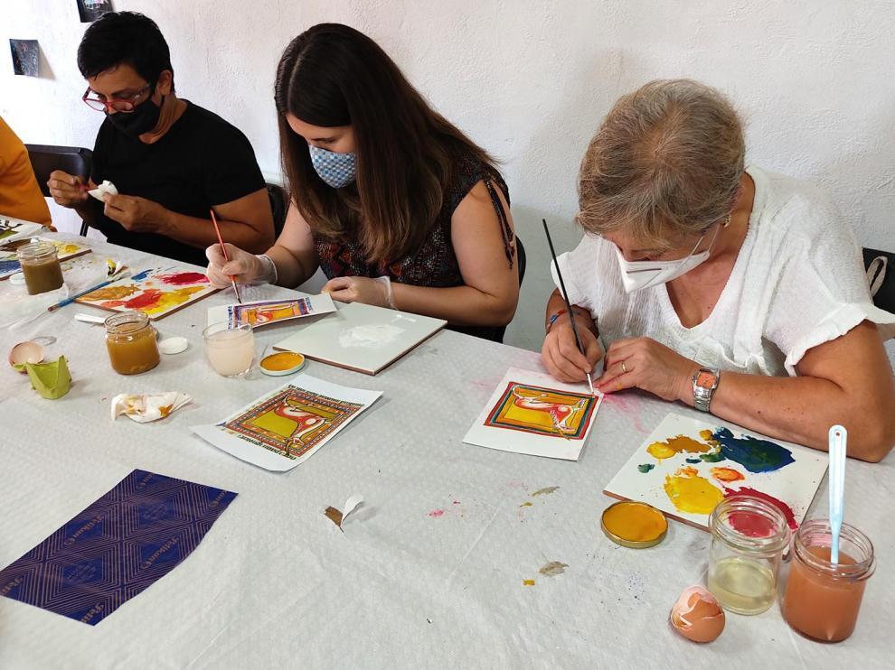 El domingo hubo un taller de laboratorio de materiales, en el que se introdujo la técnica pictórica del temple al huevo