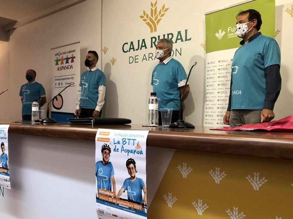 Juan Carlos Acín, gerente de Aspanoa, Carlos Arnal, director de Caja Rural en Almudévar, Antonio Justes, director de la prueba, y el alcalde del municipio Antonio Lalbarta.