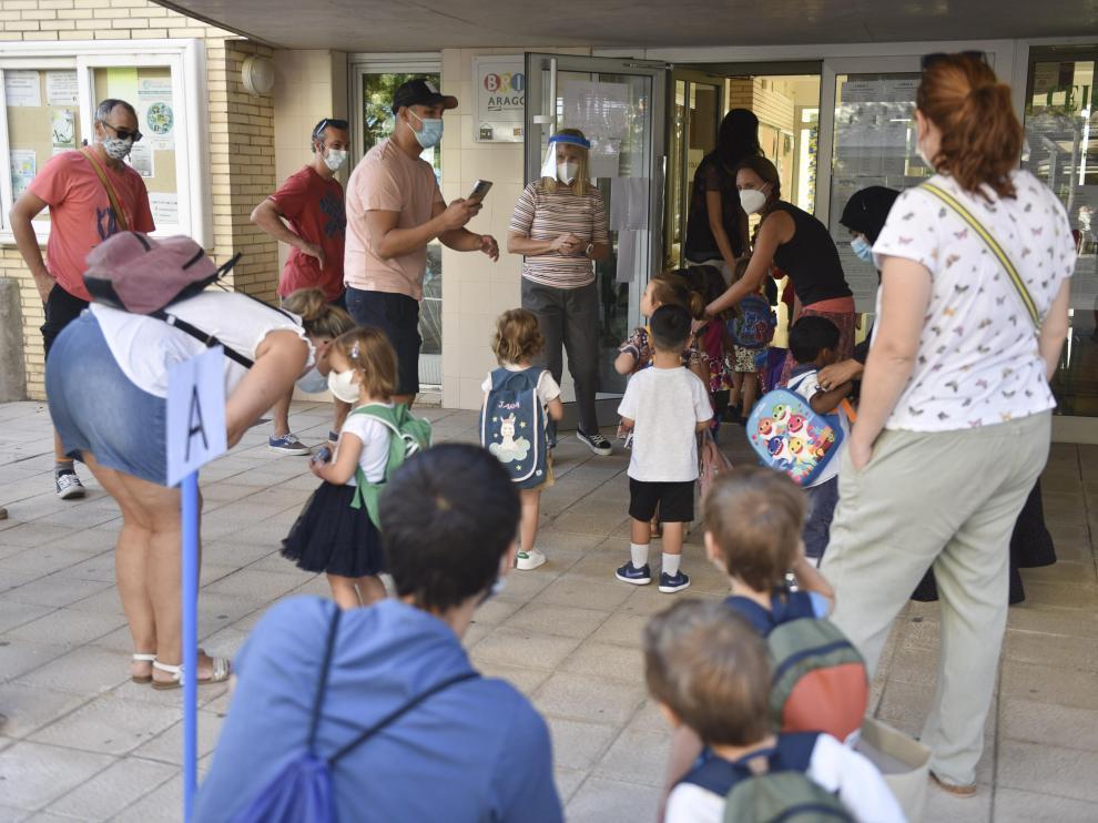 Alumnos de Infantil entrando en el colegio Pirineos-Pyrénées este miércoles, en el primer día de clase.