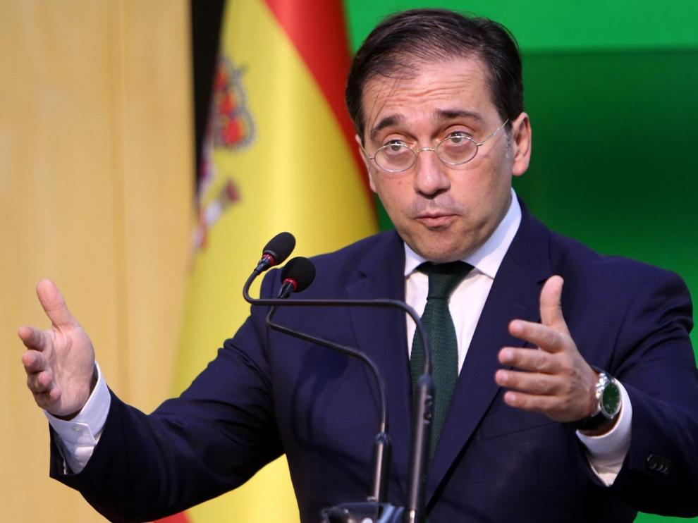 José Manuel Albares durante sus declaraciones ante los medios.