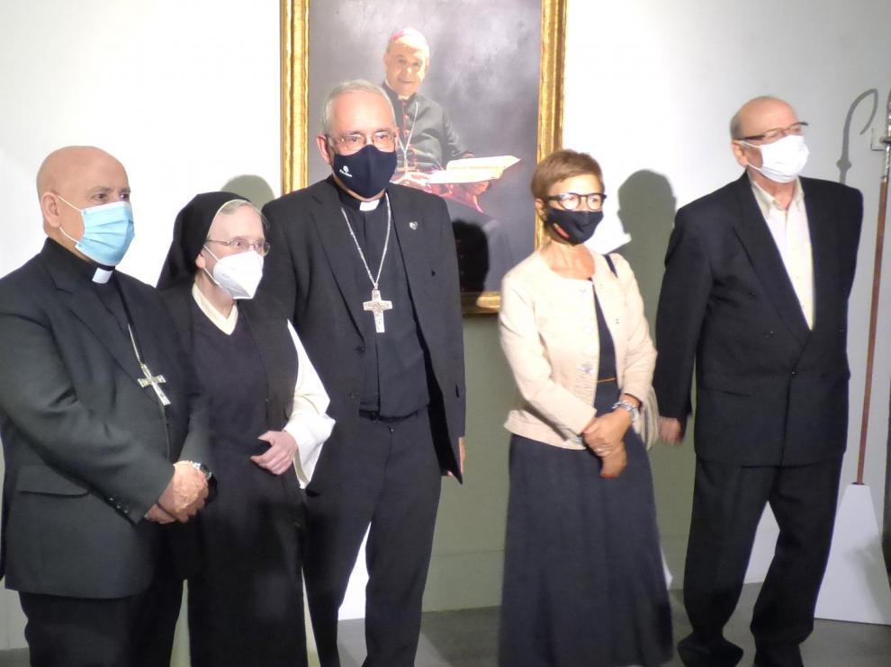 La artista, junto a algunas de las autoridades que participaron en la inauguración de la muestra.