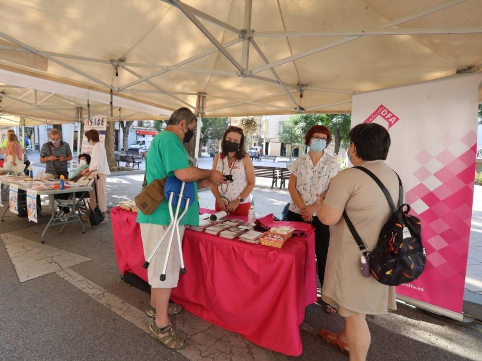 Voluntarios informan en uno de los puestos de la I Feria de asociaciones de Salud.