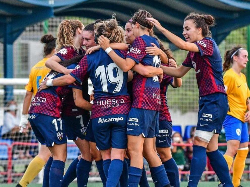 El Huesca femenino celebra uno de los goles de la primera victoria de la temporada.