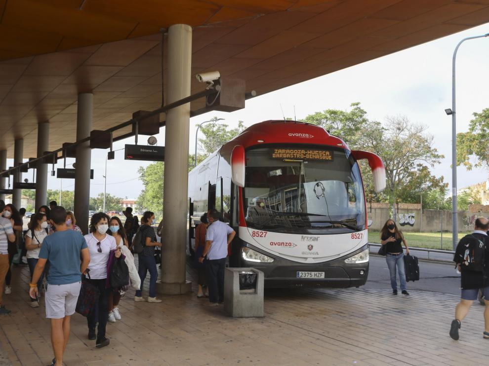 Intercambio de pasajeros en un autobús de la línea Zaragoza-Huesca, en la estación oscense.