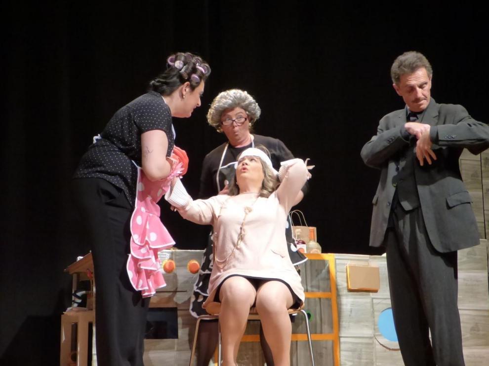 Actuacion del grupo Dorondón Teatro en Sallent de Gállego.