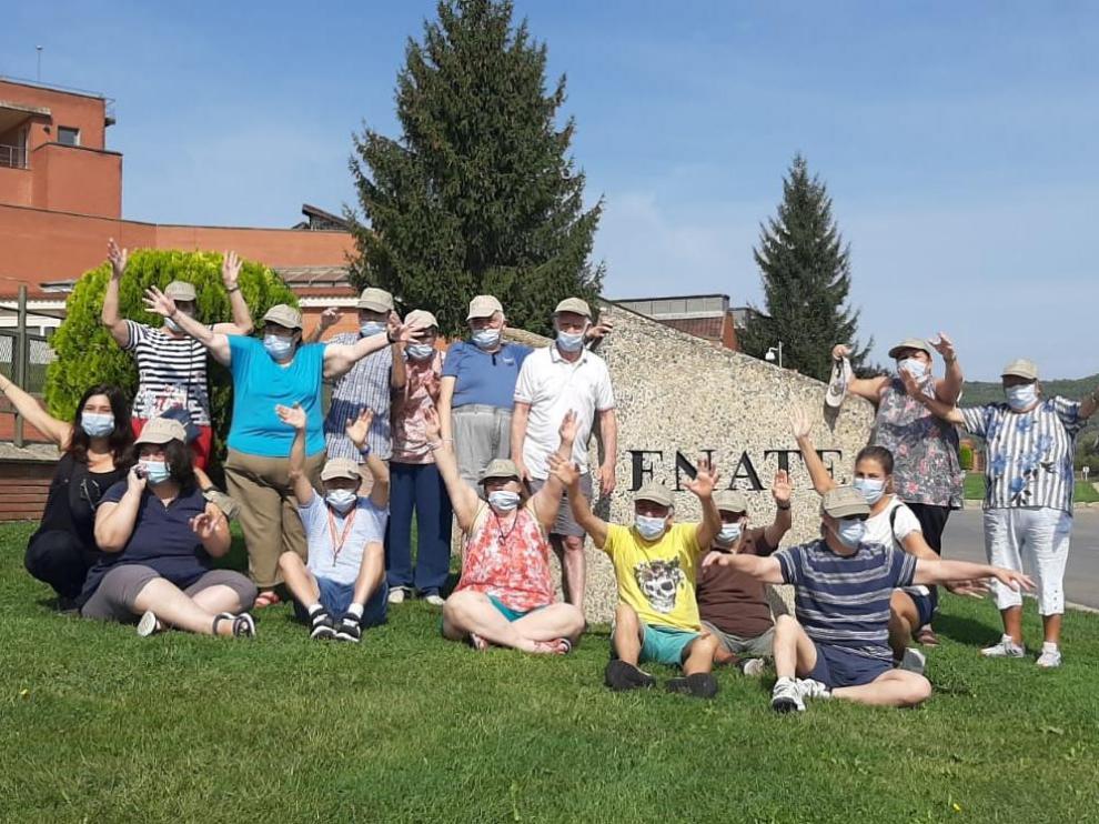 Catorce residentes del centro ocupacional Santo Ángel de Atades visitaron la bodega Enate.
