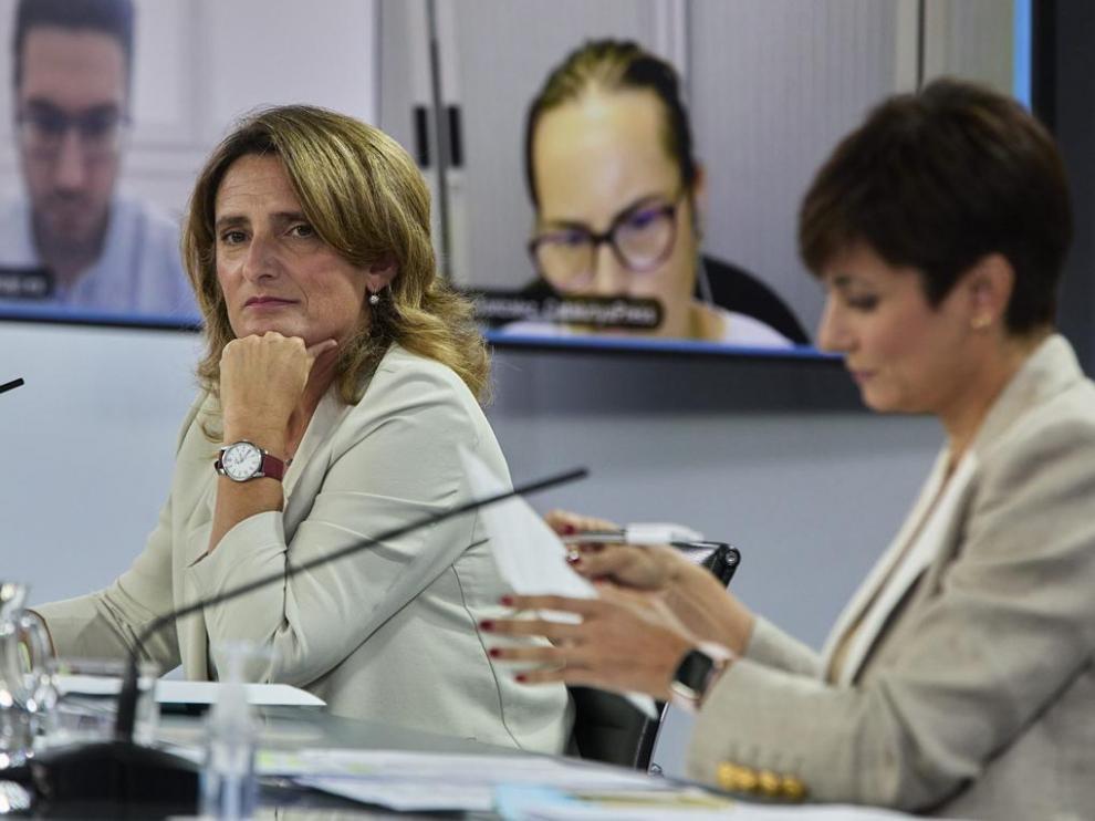 Teresa Ribera (izquierda) junto a la ministra portavoz, Isabel Rodríguez.