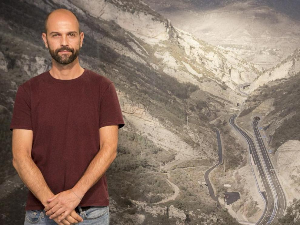 Eduardo Marco Miranda posa con una de sus obras más espectaculares.