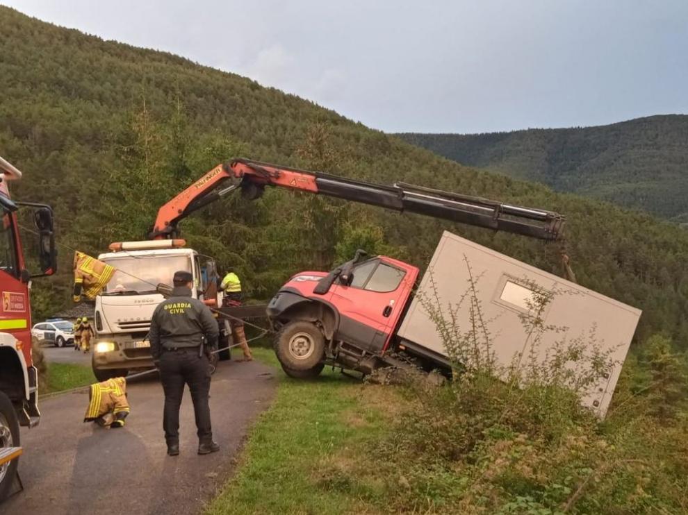 El vehículo tuvo que ser remolcada con una grúa.