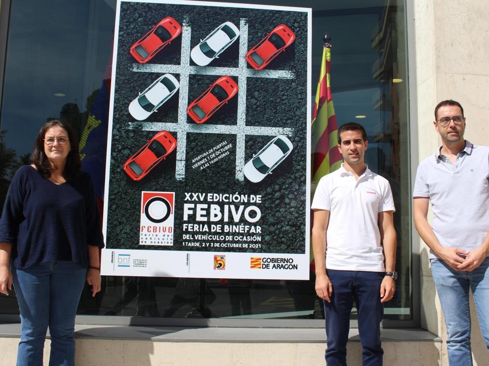 La concejala Yolanda Gracia junto al cartel de Febivo y los representantes de los expositores Morera y Semeli.