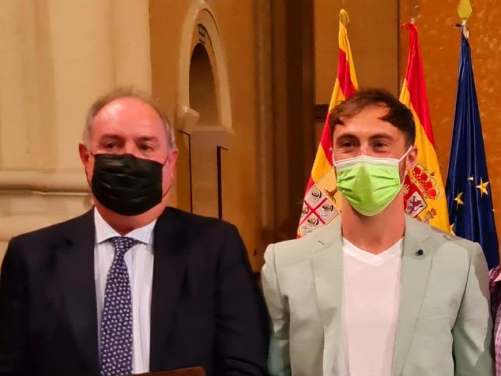 Emilio Leo Ferrando y Álex Gallego Lardiés posan con sus placas tras la ceremonia.
