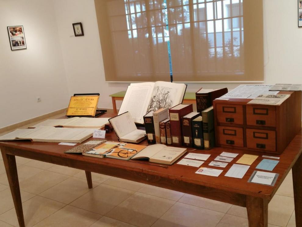 Detalle de una de las mesas con diferente material que se exhibe en la exposición.