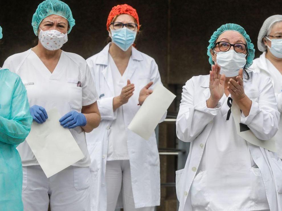 Sanitarias a las puertas de un hospital