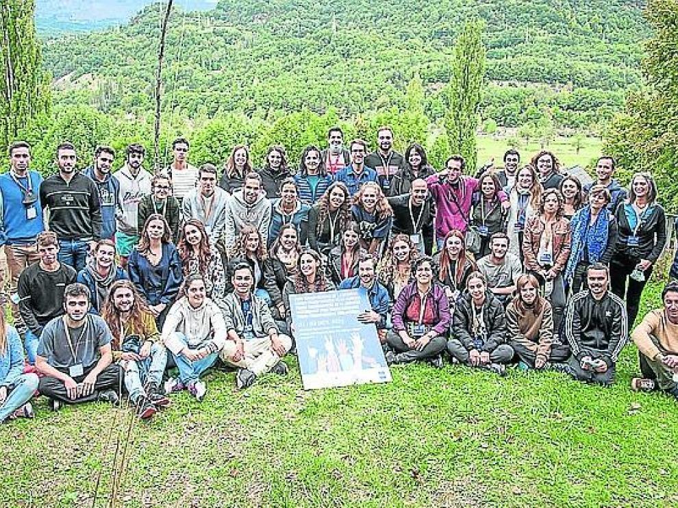 Foto del grupo de participantes en el Foro Transpirenaico de la Juventud con el Manifiesto.