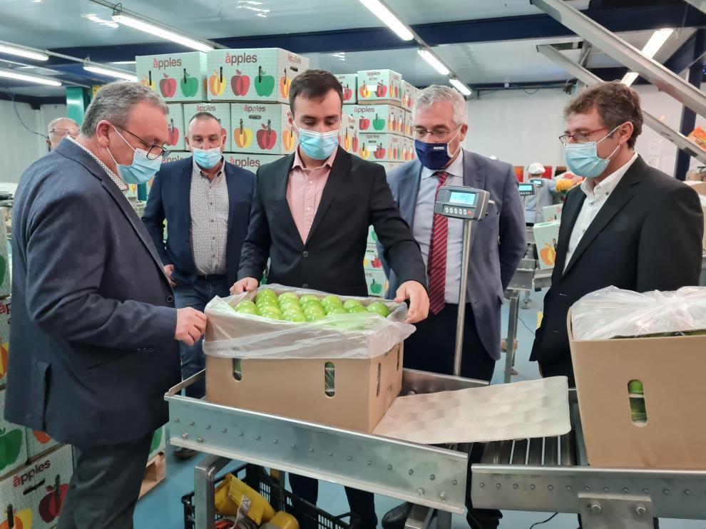 ha mantenido un encuentro con los representantes del sector de la fruta y los alcaldes de la Comarca del Bajo Cinca.