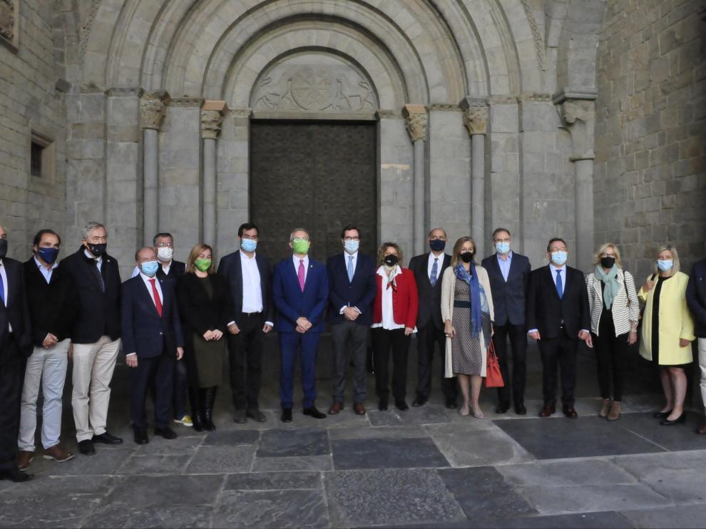 Foto de familia de las autoridades económicas y políticas a la entrada de la Catedral de Jaca.