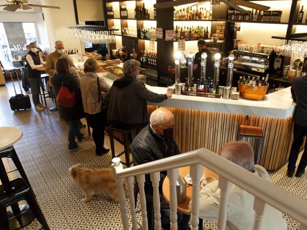 Varios clientes consumen en la barra en un bar de Vitoria este jueves, en el que ha entrado en vigor el decreto que declara el fin de la emergencia sanitaria en Euskadi.