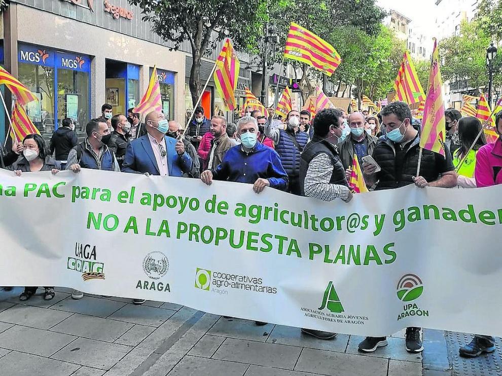 Organizaciones agrarias y cooperativas se manifestaron ayer en Zaragoza para rechazar la propuesta de la nueva PAC.