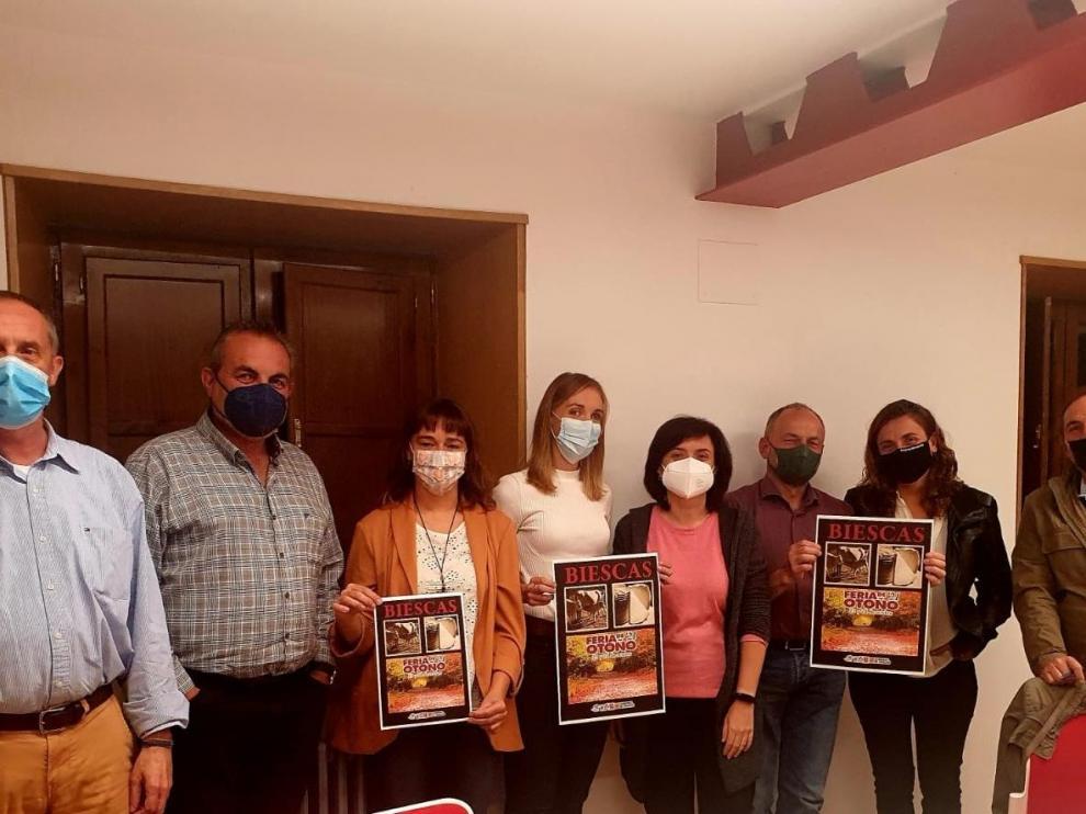 Miembros del Comite organizador de la Feria de otoño de Biescas con el carte de la edición de este año.