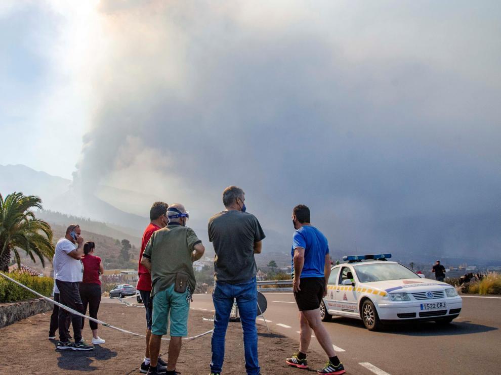 Los vecinos miran con preocupación la evolución de la erupción.