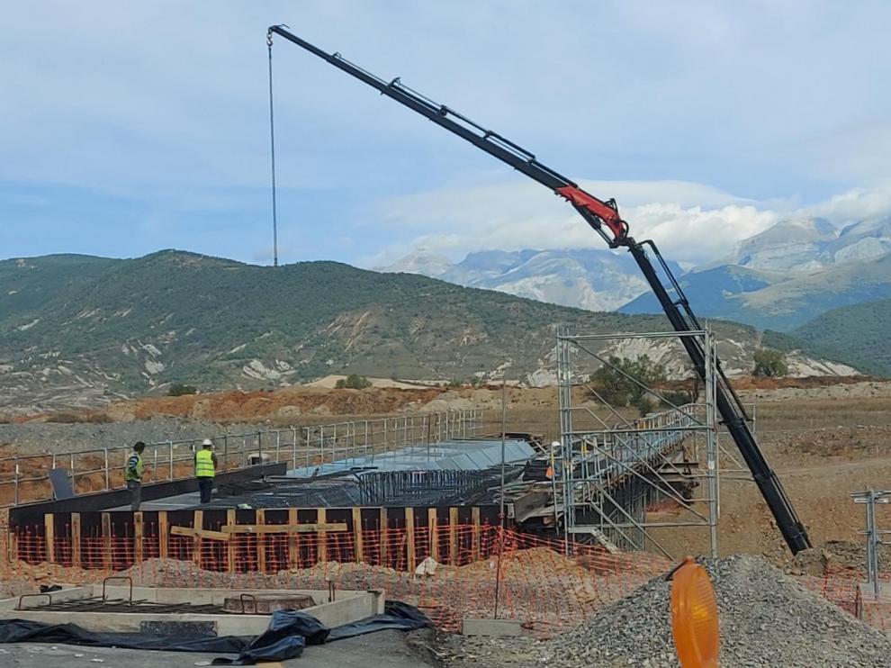 Obras de construcción de un nuevo puente a la altura de Cartirana.
