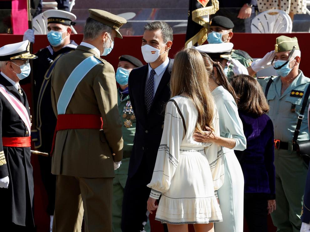 El rey Felipe Vi conversa con Pedro Sánchez junto a la reina Letizia y la infanta Sofía.
