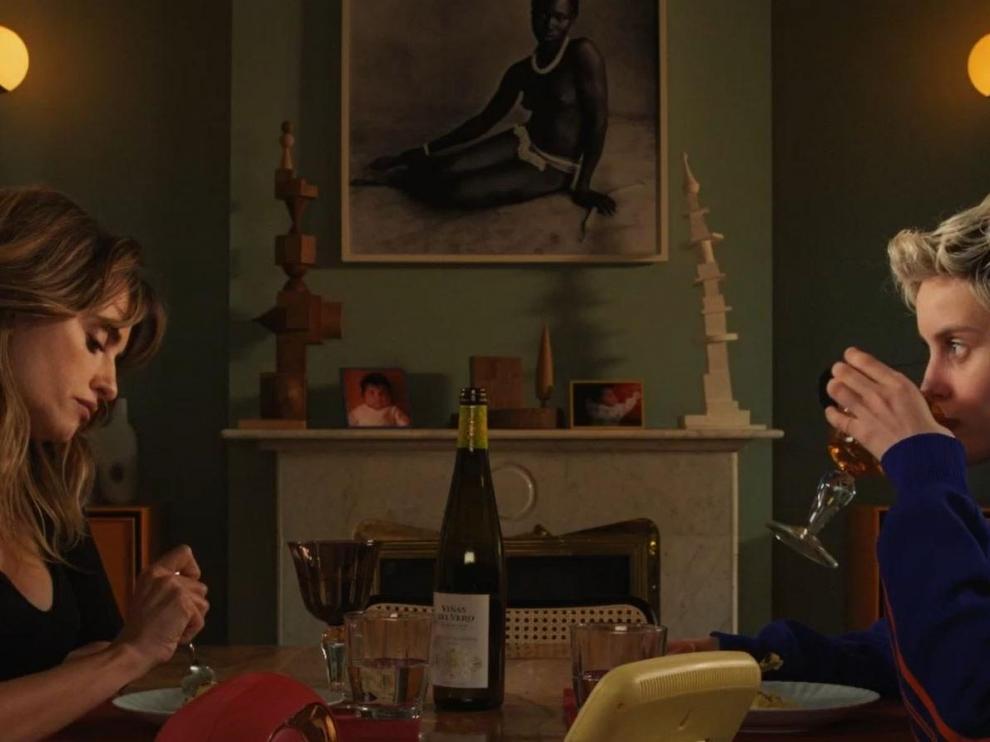 Penélope Cruz y Milena Smit tomando una copa de Gewürztraminer.
