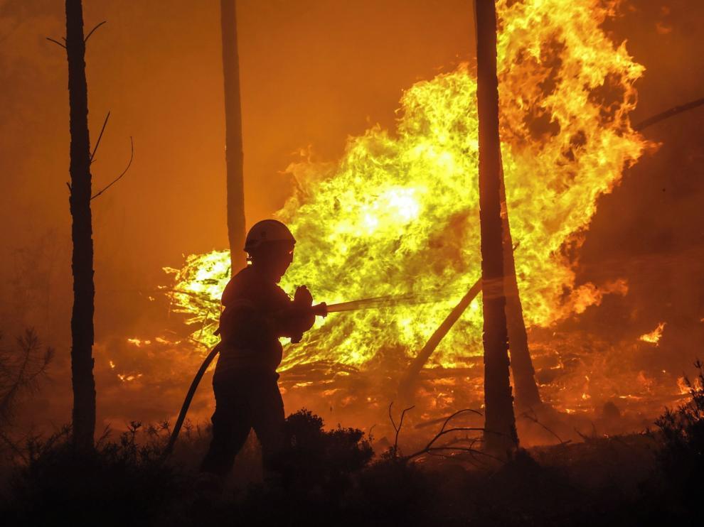 Escándalo por una campaña contra el fuego en la que se repartía como protección material inflamable