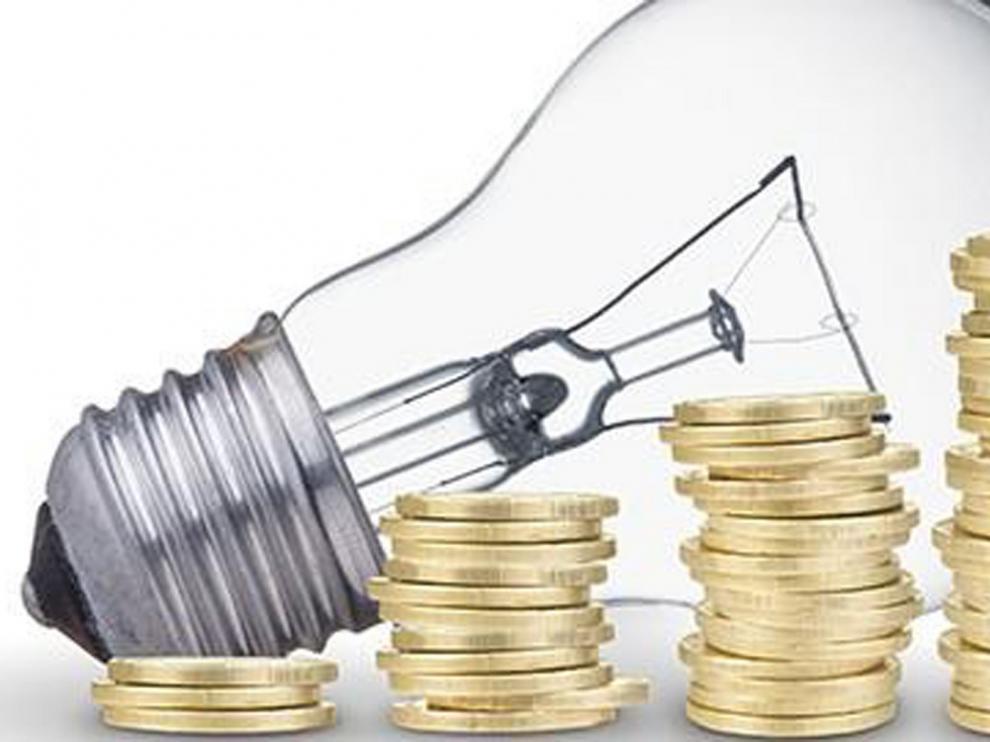 El precio de la luz en la primera quincena de julio cae un 35% con respecto al año pasado