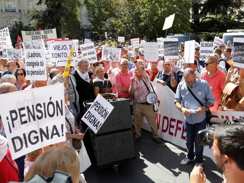 """Pensionistas dicen que el criterio de edad para prolongar el confinamiento """"atenta contra derechos humanos"""""""