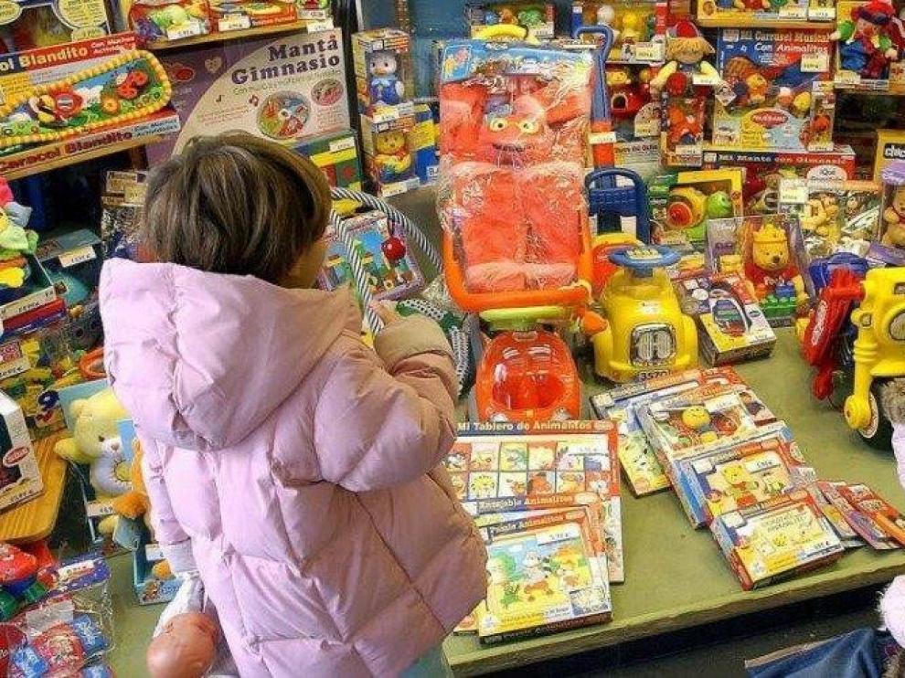 Los niños españoles prefieren entretenerse con juguetes y amigos antes que jugar con el móvil o ver tele, según estudio