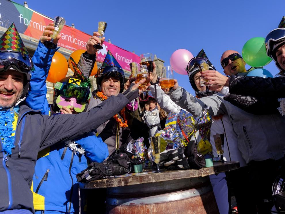 Los esquiadores celebraron la Nochevieja en Formigal y Cerler con unas campanadas madrugadoras