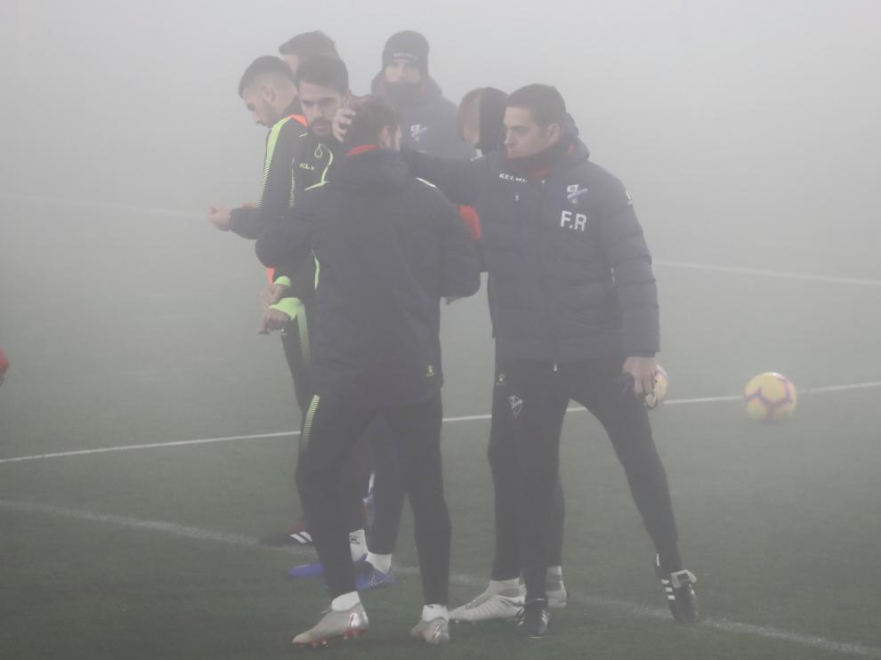 Niebla y frío en el primer entrenamiento del año de la SD Huesca en el Alcoraz