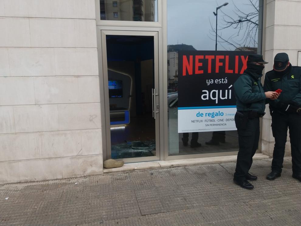 Rompen a pedradas el cristal de una tienda de telefonía en Monzón