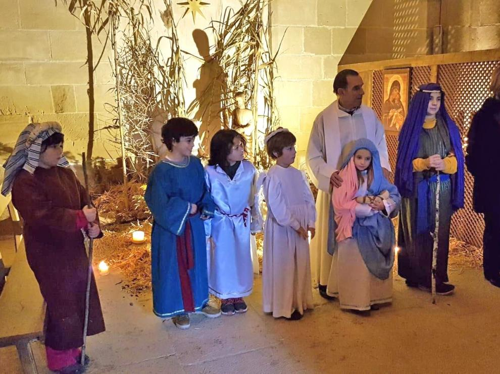 Los vecinos de Villanueva de Sijena visitan a las hermanas de Belén para festejar la Navidad