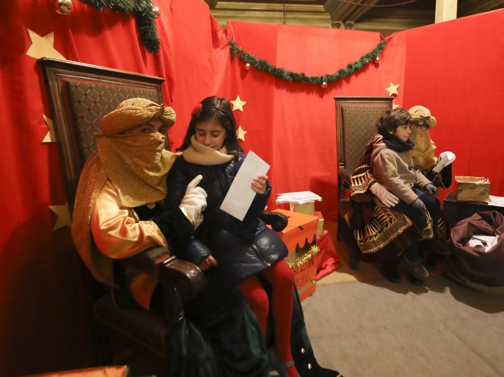 Largas colas en el Casino de Huesca para entregar las cartas a los pajes de los Reyes Magos