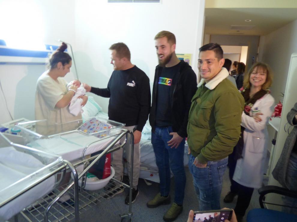 Pulido y Chimy Ávila llevan la alegría de la Navidad a los niños del hospital de Barbastro