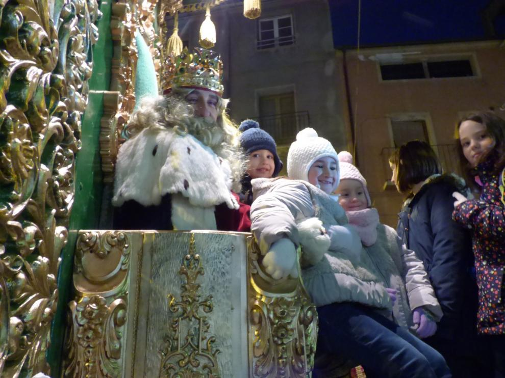 Miles de personas comparten en Barbastro el feliz momento de la llegada de Sus Majestades