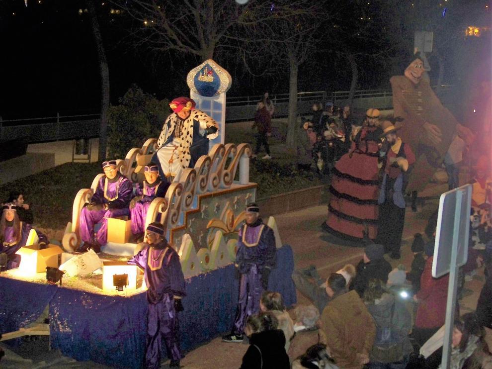 Los Reyes Magos reciben el cariño de los niños de Fraga