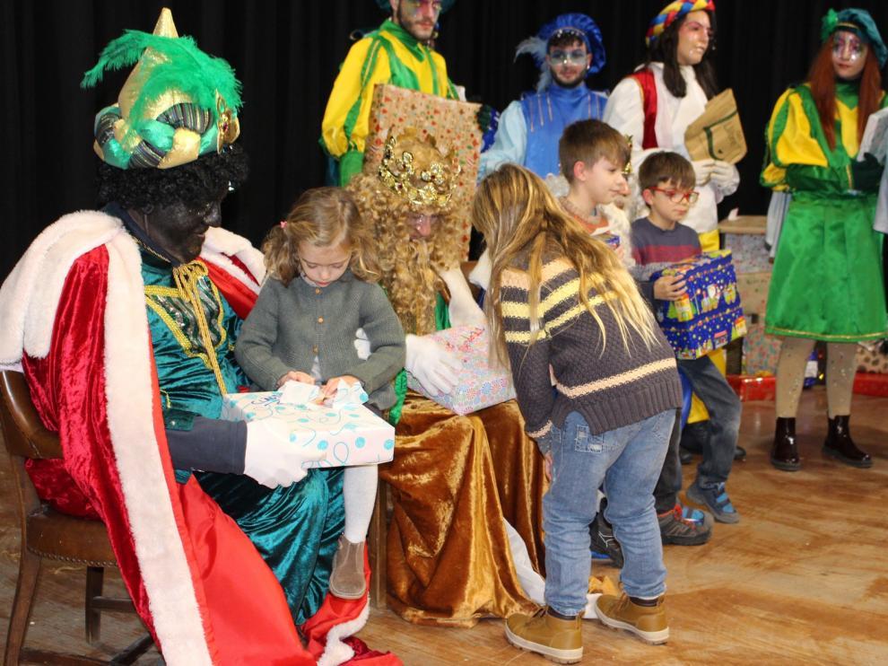 Los Reyes Magos dejan ilusión y muchos regalos a los niños de Binéfar