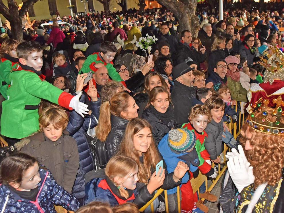 Ilusión, emoción y nervios en la llegada de los Reyes Magos a Huesca