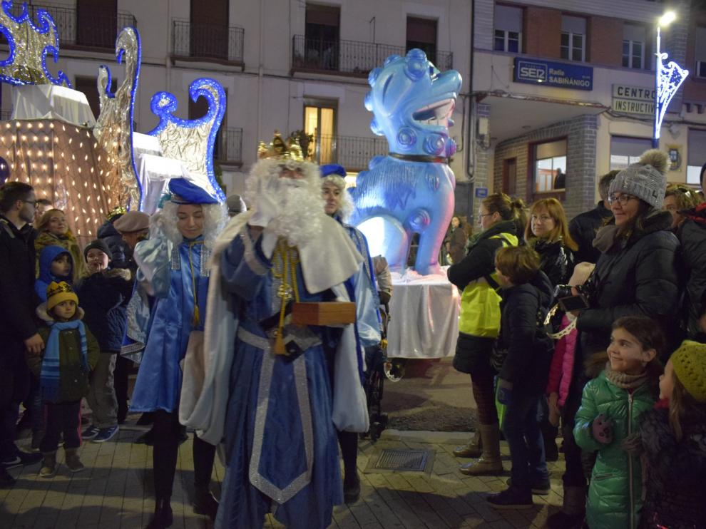 Los Reyes Magos llegan a Sabiñánigo en tren y son recibidos por numeroso público