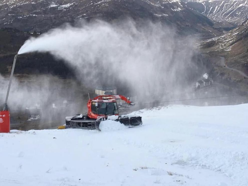 Frío y sol en las estaciones de esquí de Huesca, a la espera de nevadas