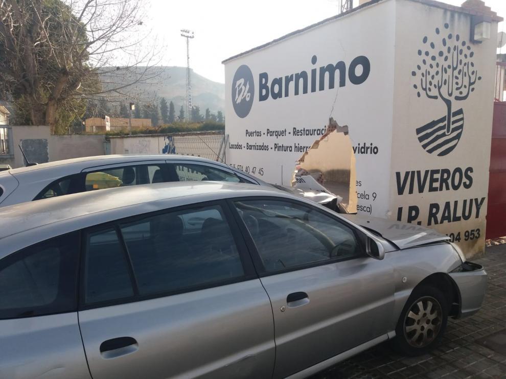 Dos turismos acaban empotrados en la tapia del campo de fútbol Isidro Calderón de Monzón