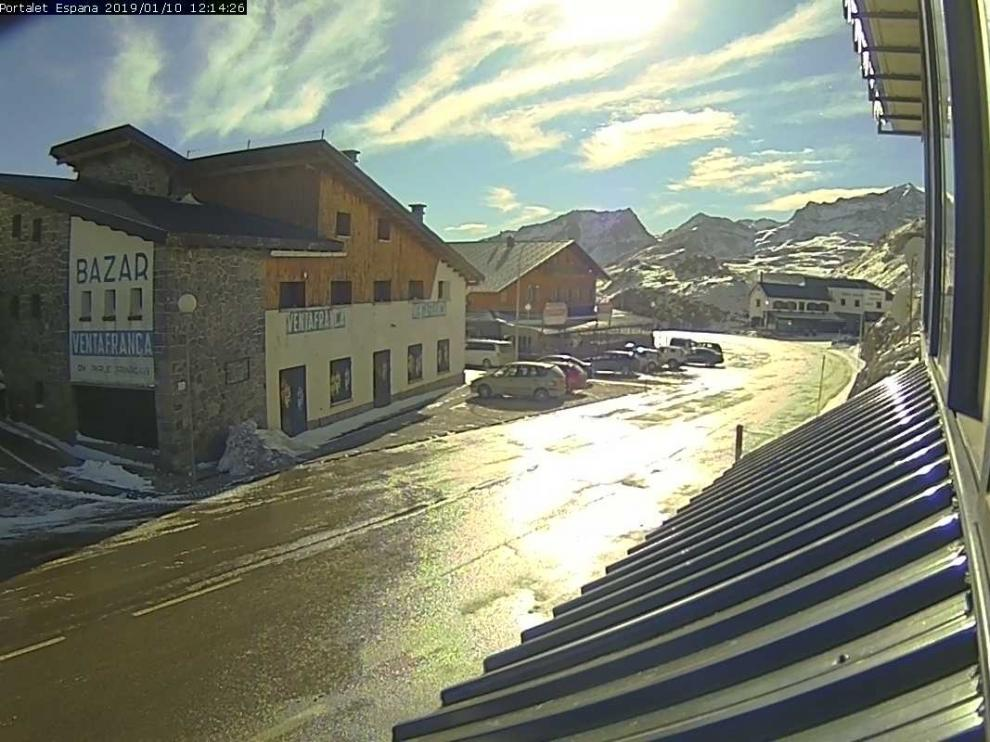 La nieve obliga a uso de cadenas para acceder a la frontera del Portalet