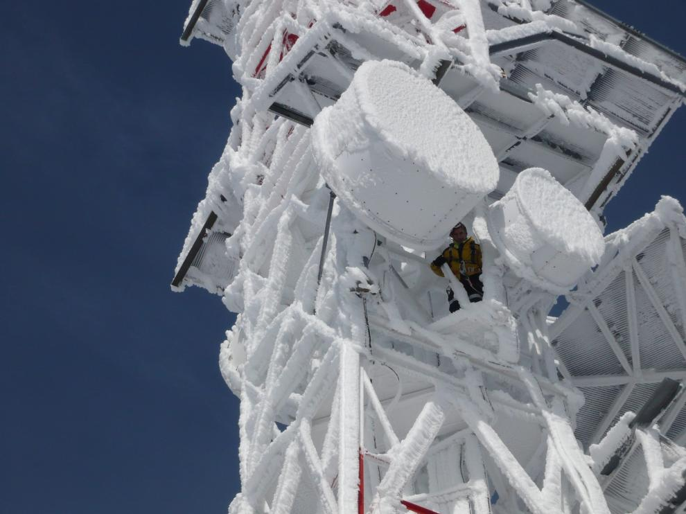 """Los """"alpinistas"""" de las antenas de Zaragoza se juegan el tipo cada invierno"""