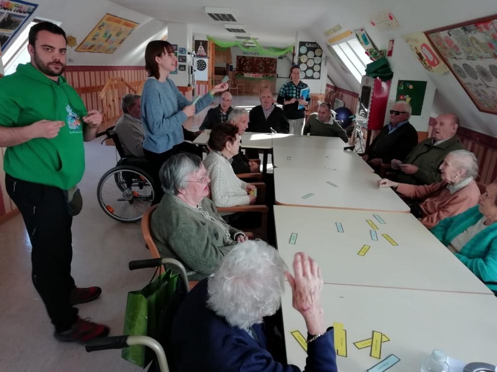 El Instituto San Alberto Magno se vuelca con mayores de Sabiñánigo