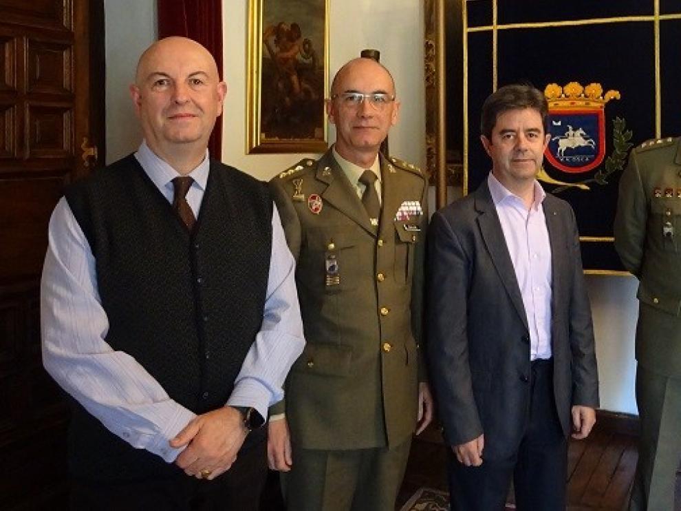 Primera visita oficial a Huesca del nuevo delegado de Defensa en Aragón, el coronel Conrado José Cebollero