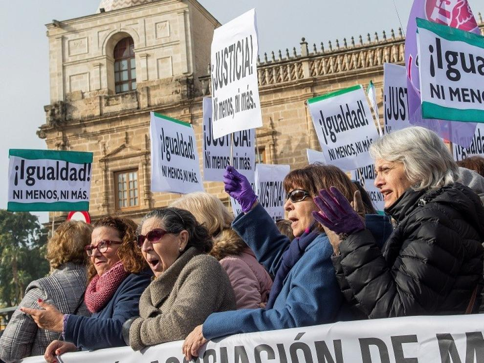 """Miles de personas se concentran ante el Parlamento andaluz con gritos de """"fuera fascistas"""""""